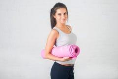 La belle femme va chercher dedans des sports, forme physique, faisant s'exerce avec un sourire, étiré, malaxé Mode de vie sain, s photo stock