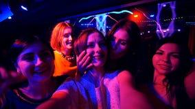 La belle fille à la partie font le selfie - anniversaire de disco banque de vidéos