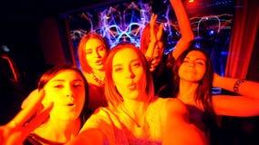 La belle fille à la partie font le selfie - anniversaire de disco clips vidéos