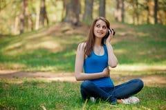 la belle fille écoute musique image stock