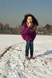 La belle fille affiche un signe de garder la tranquillité Photos libres de droits
