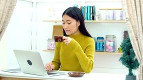 La belle fille apportent le café chaud à son ami dans le salon Image libre de droits