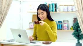 La belle fille apportent le café chaud à son ami dans le salon Photo libre de droits