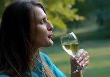 La belle fille apprécie dans la vigne blanche Photo stock