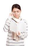 La belle fille asiatique avec pleurer d'écharpe a lu un livre Photos stock
