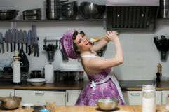 La belle fille astucieuse avec le maquillage fait cuire sur la cuisine Photographie stock libre de droits