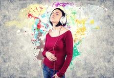Fille avec des écouteurs Image stock