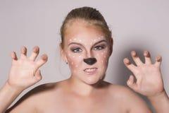 La belle fille avec le maquillage drôle, exprime différentes émotions Image drôle de belle jolie fille photo stock