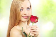La belle fille avec le rouge s'est levée Photo stock