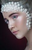 La belle fille avec stupéfier composent et des perles et des fards à paupières roses Images stock