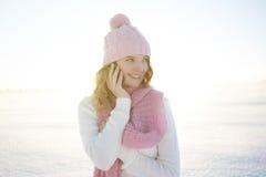 La belle fille avec un téléphone portable en hiver Photos stock