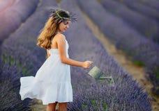 La belle fille avec une guirlande de lavande fleurit sur sa tête photographie stock libre de droits