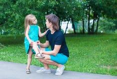 La belle fille a blessé sa jambe, regret bouleversé de père Images libres de droits