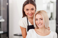 La belle fille blonde assiste à la coiffure photographie stock