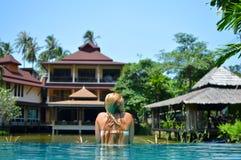 La belle fille blonde nage dans la piscine Images stock