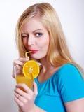 La belle fille boit du jus Image libre de droits