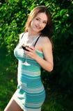 La belle fille boit du vin rouge Photo stock