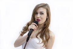 La belle fille chante dans un microphone photos libres de droits