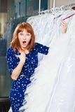 La belle fille choisit sa robe de mariage Portrait à SA nuptiale images stock