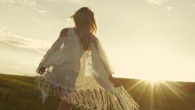 La belle fille court au coucher du soleil, ondulant son chemisier Mode, nature Mouvement lent clips vidéos
