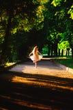 La belle fille d'adolescent danse dehors au coucher du soleil d'été Images stock