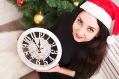 La belle fille d'adolescent en Santa Claus vêtx le mensonge sur le floo Images libres de droits