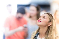 La belle fille d'adolescent recherchant, se ferment vers le haut de la photo Photographie stock