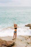 La belle fille dans des shorts courts marchent sur de grandes pierres Images libres de droits