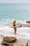 La belle fille dans des shorts courts marchent sur de grandes pierres Photographie stock