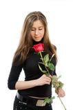 La belle fille dans l'amour retenant un rouge s'est levée photos libres de droits