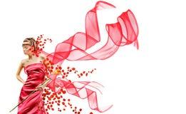 La belle fille dans la robe rouge retient la fleur exotique photographie stock