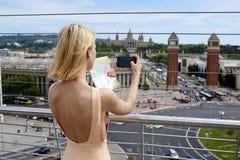 La belle fille dans la robe sexy avec le dos nu est panorama photographié de la ville Photo stock