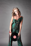 La belle fille dans la tendance vêtx avec le disque de vinyle. Image stock