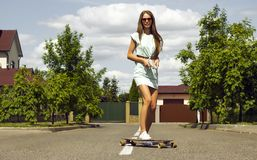 La belle fille dans les sunglusses pose dehors avec image libre de droits