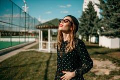 La belle fille dans la robe de point de polka de cru pose pour le photographe photographie stock libre de droits