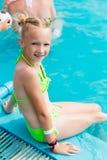 La belle fille dans un maillot de bain nage dans la piscine Photo libre de droits