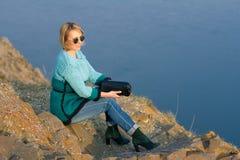 La belle fille dans une belle robe tricotée style et mode Image stock