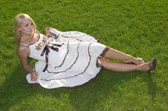 La belle fille dans une robe légère. Image stock