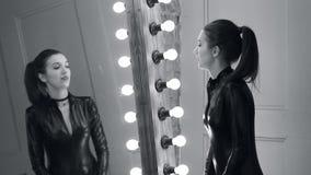 La belle fille danse devant un miroir banque de vidéos
