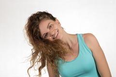 La belle fille de brune fait une oscillation avec les cheveux bouclés sur un blanc Photographie stock libre de droits