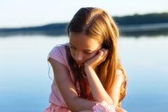 La belle fille de l'adolescence triste regarde avec le visage sérieux le bord de la mer Photographie stock libre de droits
