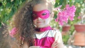 La belle fille de llittle dans le costume de super héros, se ferment vers le haut de l'enfant de portrait dans le masque du héros clips vidéos