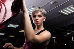 La belle fille de modèle de forme physique posant le sport de port vêtx Fille dans le concept de sport Haut proche de verticale photo libre de droits