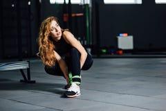La belle fille de sports met la charge sur ses jambes Image libre de droits