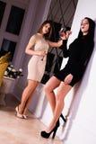La belle fille deux élégante sexy dans des robes de soirée boivent du champagne Photos libres de droits