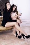 La belle fille deux élégante sexy dans des robes de soirée boivent du champagne Images libres de droits