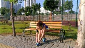 La belle fille dispose à courir en parc clips vidéos