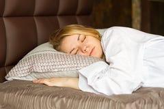 La belle fille dort dans la chambre à coucher Photographie stock