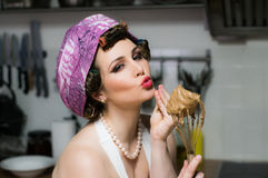 La belle fille drôle avec le maquillage fait cuire sur la cuisine Images libres de droits