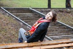 La belle fille drôle font des exercices physiques en parc Photos libres de droits